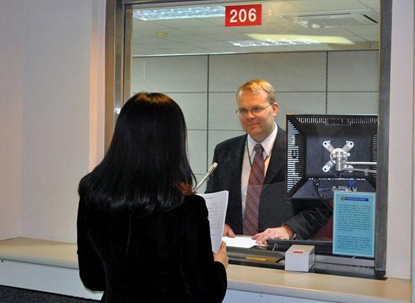 Беседа соискателя визы с консулом США
